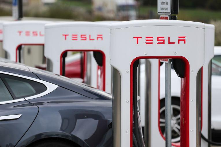 Tesla Supercharger aus Lego im Video