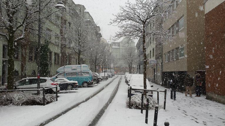 winterreifen-auto-winter-schnee